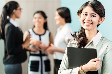 Indonesische Zakenvrouw staande voor het team Stockfoto