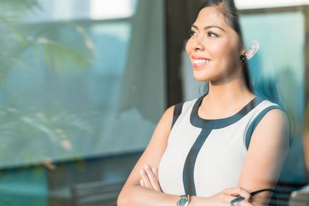 Femme d'affaires indonésien à la fenêtre de bureau Banque d'images - 37779286