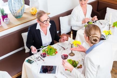negocios comida: Reunión Empresarias en la cena de negocios o almuerzo en restaurante Foto de archivo