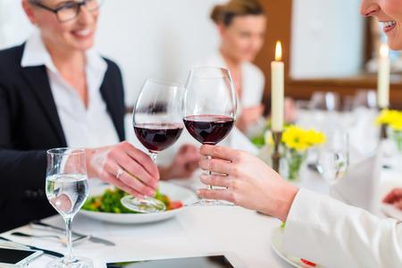 Frauen auf Geschäftsessen Toasten mit Wein eine Vereinbarung zum Feiern