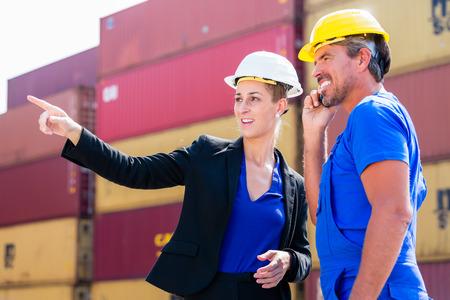 empleadas domesticas: Envío de la carga en la terminal de contenedores del puerto, los trabajadores y los envíos de discusión del encargado