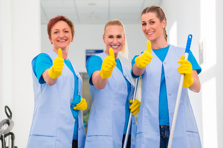 personal de limpieza: Señoras de la limpieza que trabajan en equipo mostrando los pulgares para arriba signo