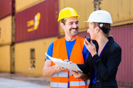 empleada domestica: Documentos de transporte de trabajadores y gerente en la empresa de logística discutir Foto de archivo