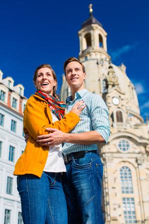 frauenkirche: Tourismus - Paar von Mann und Frau auf Frauenkirche in Dresden Lizenzfreie Bilder