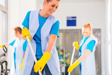 Pulizia vigili Commercial lavoro lavando il pavimento Archivio Fotografico - 37787323