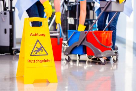 Avertissement signe sur le plancher en opération de nettoyage Banque d'images