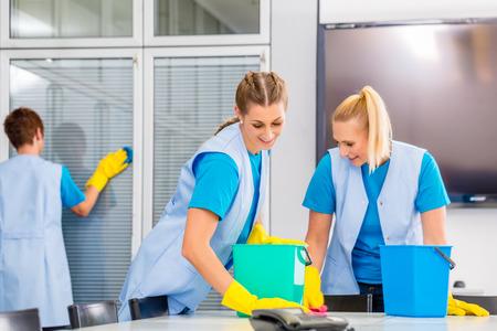 komercyjnych: Czyszczenie brygady pracy w biurze