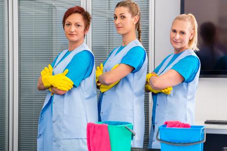 personal de limpieza: Brigada de limpieza que trabaja en oficina