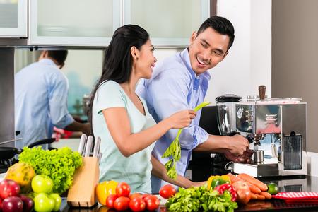 esposas: Asia pareja, hombre y mujer, comida cocinar juntos en la cocina y hacer caf� Foto de archivo