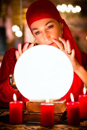 esot�risme: Fortuneteller Femme ou �sot�rique Oracle, voit dans l'avenir en regardant dans leur boule de cristal lors d'une Seance de les interpr�ter et de r�pondre aux questions