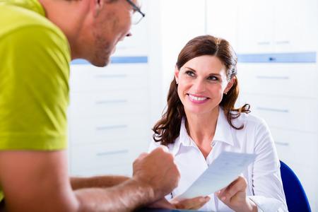 hospitales: Los médicos enfermera con teléfono en recepción hacer cita con el paciente