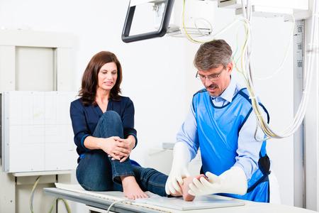 ortopedia: Médico ortopedista hacer radiografía de la pierna del paciente en cirugía