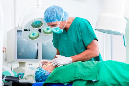 ortopedia: Médico cirujano con el paciente en quirófano aplicar anestesia con máscara Foto de archivo