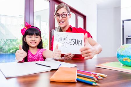 idiomas: Maestro dando clases de inglés a los niños chinos
