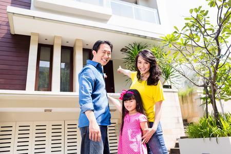 woonwijk: Chinese familie in de voorkant van het huis in een woonwijk in Azië