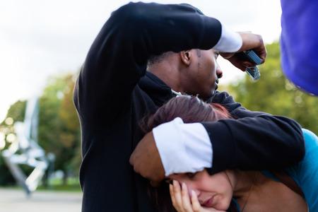 gang: Mujer joven que es amenazado con arma de fuego en la calle por un ladr�n o pandilla