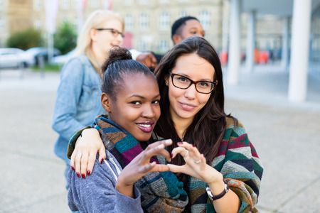Diversiteit vrienden in de stad, een groep van Afrikaanse, Aziatische en Kaukasische mensen