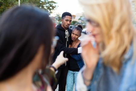 racismo: Racismo - Pareja negro siendo intimidados, la gente se�ala con el dedo en ellos Foto de archivo