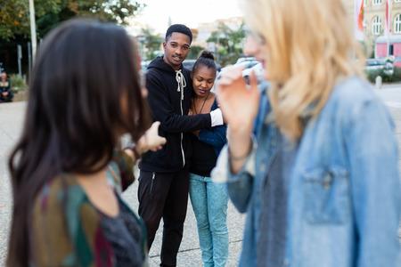 racismo: Racismo - Pareja negro siendo intimidados, la gente señala con el dedo en ellos Foto de archivo