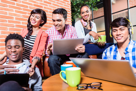 hombre tomando cafe: Grupo de estudiantes universitarios de diversidad de aprendizaje en el campus, indio, negro, y la gente de Indonesia