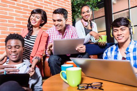 studie: Skupina rozmanitosti vysokoškoláků učí na akademické půdě, indický, černá, a indonéské lidí Reklamní fotografie