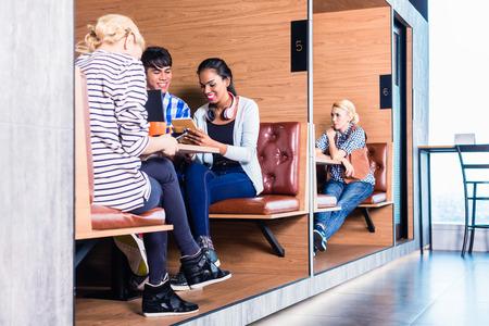 칸막이 사무실에서 회의를 갖는 동역 공간에서 창조적 인 사업 사람들 스톡 콘텐츠
