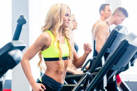 hombres haciendo ejercicio: Grupo caminadora, hombres y mujeres, el ejercicio de gimnasio de fitness