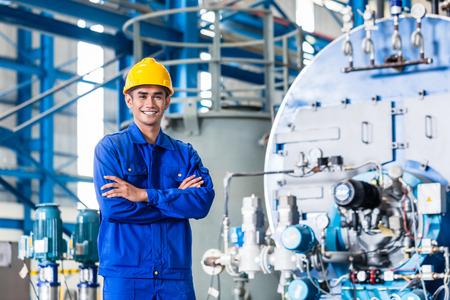 obrero trabajando: Trabajador orgulloso Asia permanente en la fábrica de producción Foto de archivo