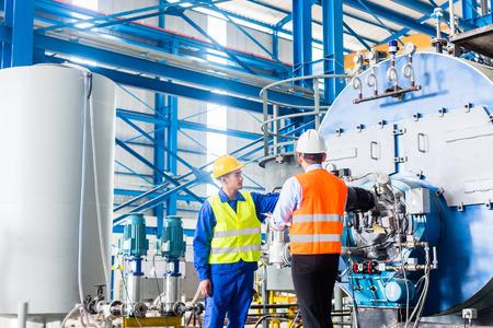 supervisores: Trabajador y gestor en f�brica industrial discutir la aceptaci�n de la m�quina