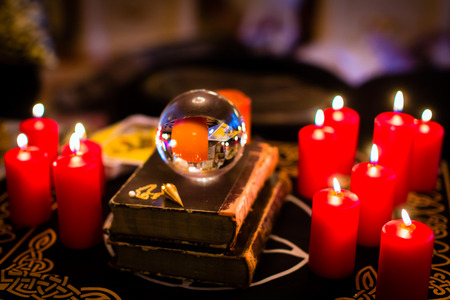 esoterismo: Bola de cristal de profetizar o clarividencia esot�rico durante una sesi�n de espiritismo en la luz de las velas