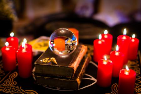 Sfera di cristallo a profetizzare o chiaroveggenza esoterica durante una seduta spiritica a lume di candela