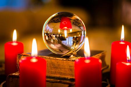 adivino: Bola de cristal de profetizar o clarividencia esotérico durante una sesión de espiritismo en la luz de las velas