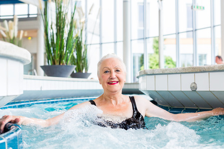 Ältere Frau, die Entspannung in Wellness-Spa- Standard-Bild