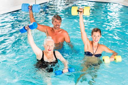 Gruppe von Personen, reifer Mann, jungen und älteren Frauen, bei Wassergymnastik oder Wassergymnastik Standard-Bild - 37893747