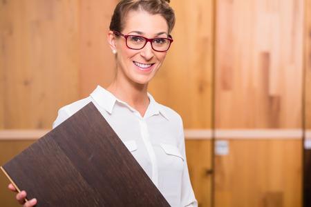 furniture hardware: Arquitecto Interior elegir piso de madera parquet en tienda de mejoras para el hogar Foto de archivo