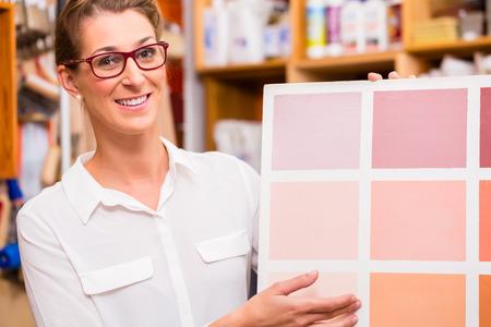 페인트 샘플 카드와 인테리어 디자이너 스톡 콘텐츠