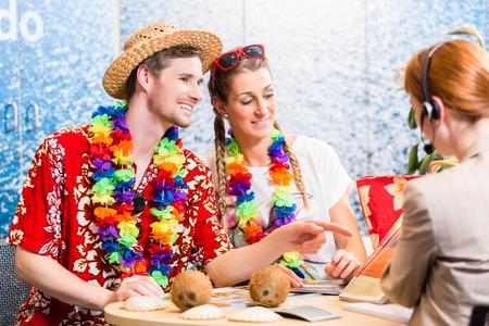 reiseb�ro: Guter Service im Reiseb�ro - Mann und Frau die Buchung eines Strandurlaub