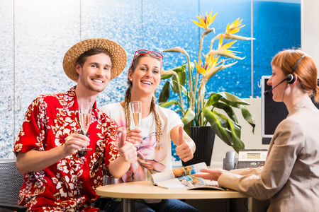 Man and woman recommending travel agency being satisfied with the service Stockfoto