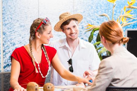 agencia de viajes: Pareja en la agencia de viajes viaje reserva vacaciones