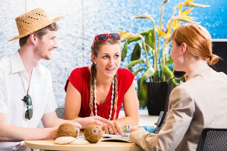 aziende: Coppia in agenzia di viaggi viaggio prenotazione vacanze