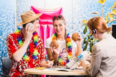 agencia de viajes: Hombre y mujer de reserva de vacaciones viaje en una agencia de viajes