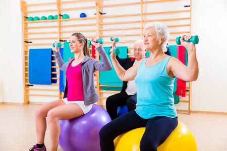 actividad fisica: Grupo de gente mayor y jóvenes a hacer ejercicios de fisioterapia