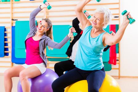 Gruppe ältere und junge Menschen in der Physiotherapie Übungen