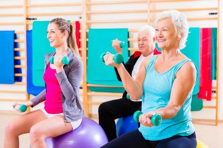 Groep hogere en jongeren op fysiotherapie oefeningen doen Stockfoto