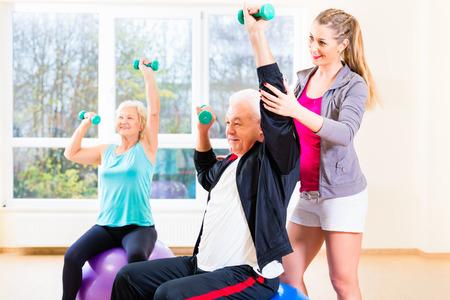 Physiotherapeut Coaching älterer Menschen Training mit Hanteln