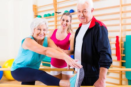gymnastik: Senior an Reha in der physikalischen Therapie mit Rehabilitationssitzung Lizenzfreie Bilder