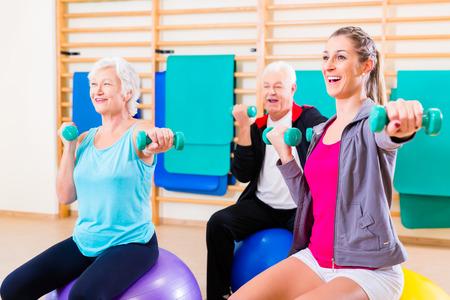 tercera edad: Grupo de gente mayor y j�venes a hacer ejercicios de fisioterapia
