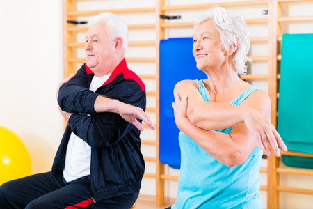 haciendo ejercicio: Gente mayor en ejercicio de la aptitud de gimnasia de estiramiento Foto de archivo