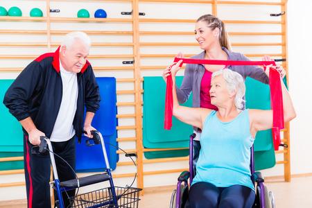 personas discapacitadas: Mayores en la terapia de rehabilitación física con el entrenador