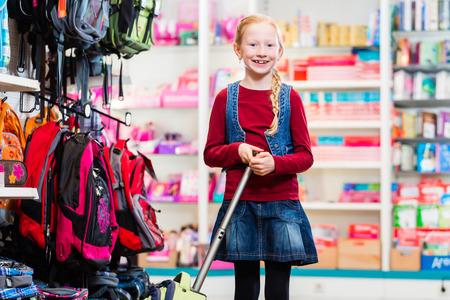 niños de compras: Alumno compra de suministros y la bolsa para el primer día en la escuela